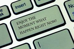 En écrivant l'apparence de note appréciez le moment ce qui se produire en ce moment La présentation de photo d'affaires saisissen images stock