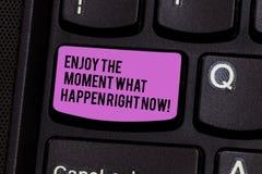 En écrivant l'apparence de note appréciez le moment ce qui se produire en ce moment La présentation de photo d'affaires saisissen photographie stock