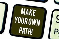 En écrivant l'apparence de note faites votre propre chemin La présentation de photo d'affaires soit le créateur de votre destin d illustration libre de droits
