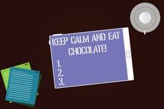 En écrivant l'apparence de note gardez le calme et mangez du chocolat La photo d'affaires présentant tout est meilleure quand vou illustration libre de droits