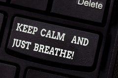 En écrivant l'apparence de note gardez le calme et respirez juste La présentation de photo d'affaires font une pause pour surmont photos libres de droits