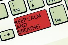 En écrivant l'apparence de note gardez le calme et respirez La présentation de photo d'affaires font une pause pour surmonter des photo stock