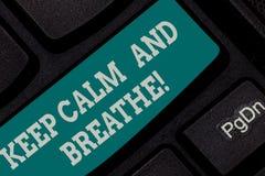 En écrivant l'apparence de note gardez le calme et respirez La présentation de photo d'affaires font une pause pour surmonter des photos stock