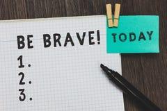 En écrivant l'apparence de note soyez courageux Présentation de photo d'affaires prête à faire face et supporter au courage d'app photo libre de droits