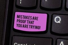 En écrivant la note montrant des erreurs soyez une preuve que vous essayez Le test et erreur de présentation de photo d'affaires  images stock