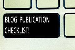 En écrivant la photo d'affaires de liste de contrôle de publication de blog d'apparence de note présentant les articles recevable photographie stock