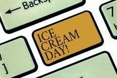 En écrivant le showingIce de note écrémez le jour Photo d'affaires présentant le moment spécial pour manger quelque chose dessert images stock