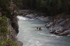 En Ñ-atamaran i en kanjon på den Sjoa floden i Norge Fotografering för Bildbyråer