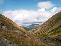 En öde väg, Kirkstone passerande i sommar sjöområdet Cumbria Royaltyfria Foton