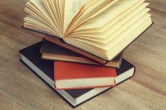 En öppen bok Arkivfoton