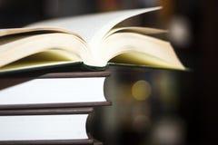 En öppen bok på en bokbunt Royaltyfri Bild