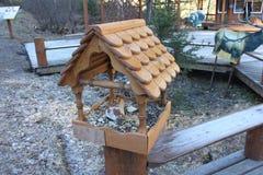En öppen brun fågelförlagematare som installeras på räcken i Krasnoyarskie den stolby nationella reserven Fotografering för Bildbyråer