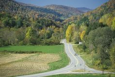 En öppen väg på scenisk rutt 100 nära Stockbridge, Vermont royaltyfri fotografi