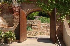En öppnad forntida wood port i Alhambra, Granada, Spanien Royaltyfria Foton