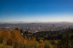 En över huvudet sikt av Portland Oregon på en nedgångdag Arkivbild