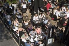 En överblick av kunder i en restaurang Arkivfoton