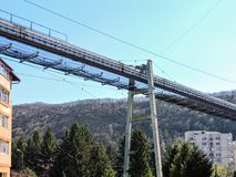 En övergiven industriell trans.bro i Resita, Rumänien royaltyfri foto