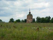 En övergiven lantlig kyrka förstörs av tid och dåligt väder Royaltyfria Foton