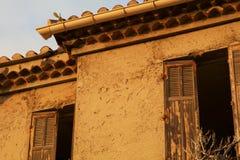En övergiven övergiven medelhavs- byggnad med skalningsmålarfärg Royaltyfria Foton