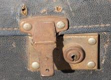 En övre sikt för slut av ett gammalt resväskalås royaltyfria foton