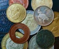 En övre sikt för slut av olika mynt från hela världen royaltyfri bild
