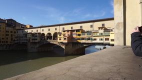 En övre sikt för slut av Ponte Vecchio i Florence lager videofilmer