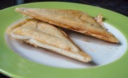 En övre sikt för slut av en rostad smörgås på en platta Royaltyfri Bild