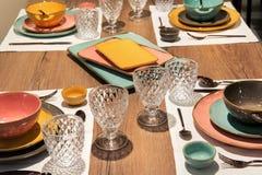 EN πίνακας γευμάτων θέσεων Mise με κομψό dinnerware στοκ φωτογραφία με δικαίωμα ελεύθερης χρήσης