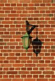 EN ρουζ briques MUR Lampadaire normand sur στοκ εικόνα με δικαίωμα ελεύθερης χρήσης