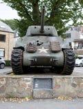 En Арденн - 20-ое сентября La Roche: Танк США M4a1 Шермана показанный в почетности солдат 2-ого, 3-ие разделения США Armored Стоковое Изображение