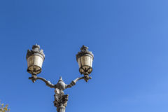 En Провансаль AIX старого фонарика городской под голубым небом Стоковое Изображение
