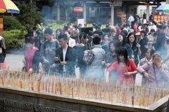 En Año Nuevo chino más personas van al templo y ruegan Foto de archivo libre de regalías