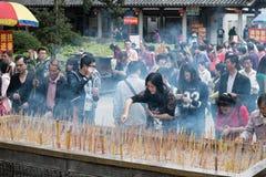 En Año Nuevo chino más personas van al templo y ruegan Fotos de archivo libres de regalías