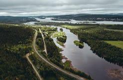 En Aavasaksa, río que separa Finlandia y Suecia de uno a fotografía de archivo libre de regalías