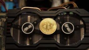 En abstrakt bild av den bryta Bitcoinen med en fan för datordiagramkort arkivfilmer