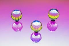 En abstrakt installation med tre crystal sfärer Arkivbild