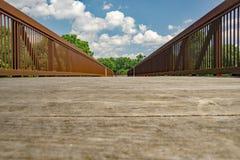 En abstrakt sikt av en bro Arkivfoton