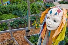 En abstrakta Scuplture av ett huvud i en trädgård Arkivbild