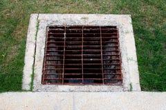 En acier de grille mis sur le drain Images libres de droits