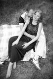 En adolescentes del amor en bosque Fotografía de archivo