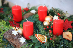 En adventkrans med fyra stearinljus och garnering Royaltyfri Foto