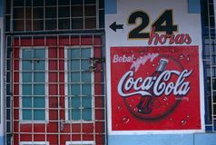 En advertizing undertecknar för cocaen - cola, Mocambique Royaltyfria Bilder
