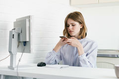 En affärskvinna gör fotodokument En i kontoret i vindstilen Arkivfoton