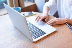 En affärskvinna som arbetar med den hemmastadda bärbara datorn Arkivfoto