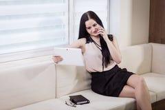 En affärskvinna som talar på en mobiltelefon, kvinna som talar på pet Royaltyfri Foto