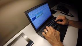 En affärsman arbetar på datoren på natten i hotellet arkivfilmer