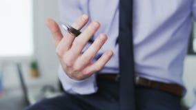 En affärsman flyttar en penna i olika riktningar lager videofilmer