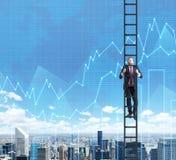 En affärsman i en stege klättrar upp till framgången i hans karriär i finans Arkivfoto
