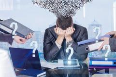 En affärsman med anfall för arbetespänning och syndrom för psykologisk oordning arkivfoton
