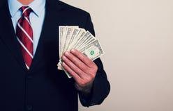 En affärsman med pengar arkivbilder